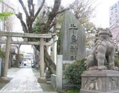 桜咲く牛嶋神社と東京最古と云われる『獅子山狛犬』(写真は合成) ※桜の見頃:例年3月末~4月上旬