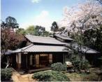 【林芙美子記念館】=「放浪記」の著者・林芙美子が暮らした家屋を見学。
