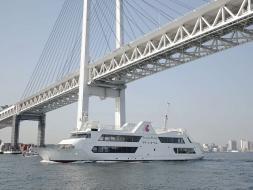 大型客船マリーンルージュでのみなとみらいクルーズをお楽しみください。